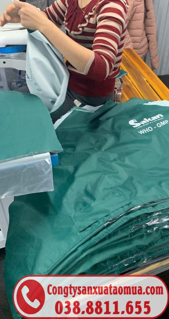Xưởng may áo mưa quà tặng công nhân viên in logo