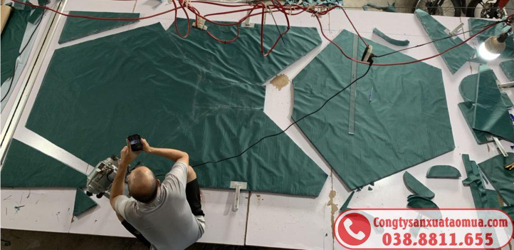 Trực tiếp cắt áo mưa tại xưởng sản xuất áo mưa Hoàng Ngân