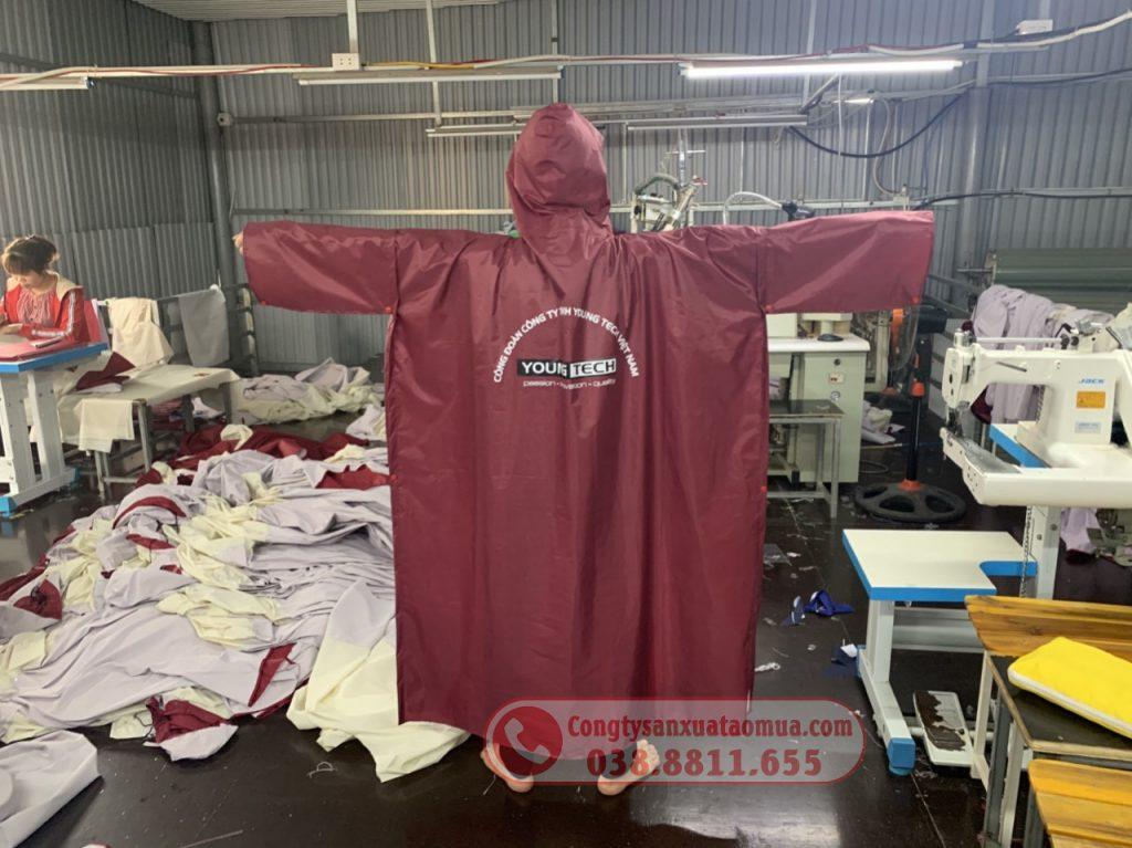 Sản xuất áo mưa cài cạnh