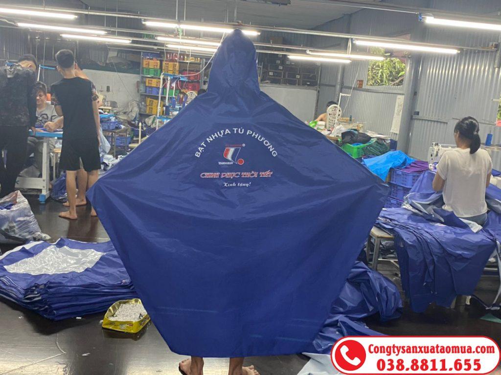 Tăng ca sản xuất áo mưa quảng cáo số lượng lớn
