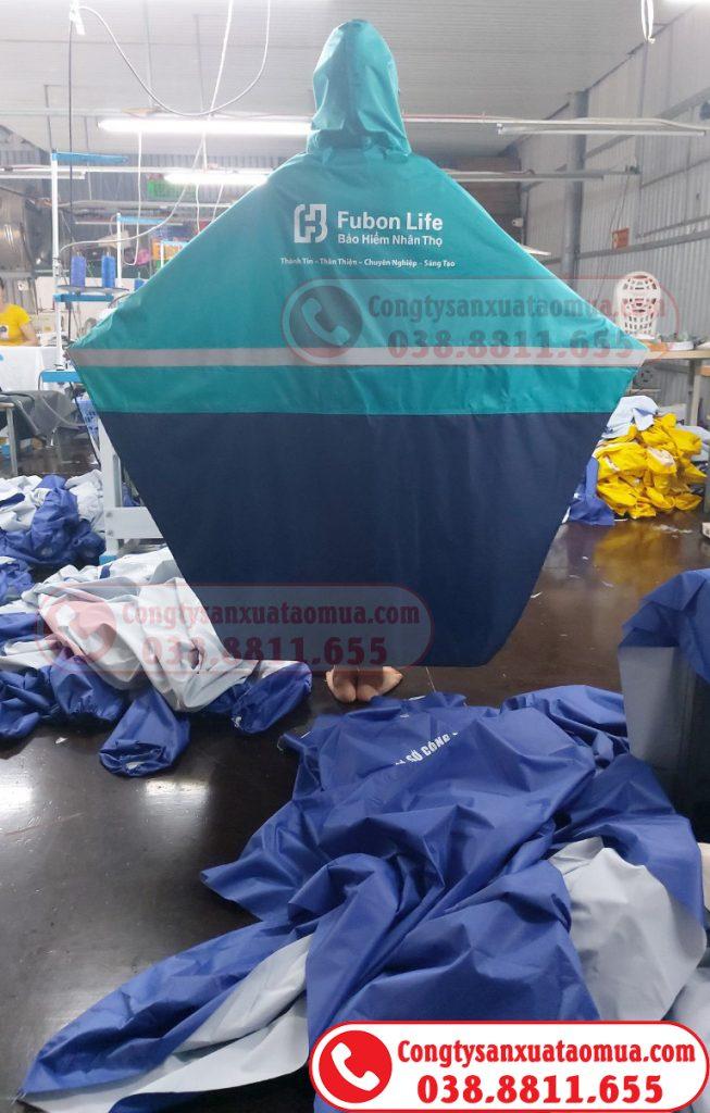Sản xuất áo mưa vải dùphối hai màu gắn phản quang và in logo nhãn hàng